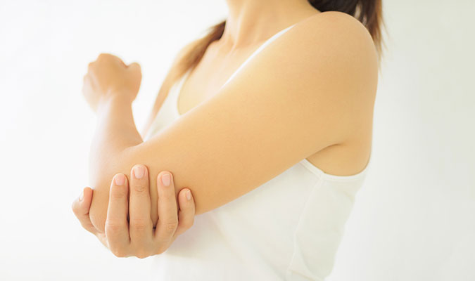 Woman with tennis elbow pain